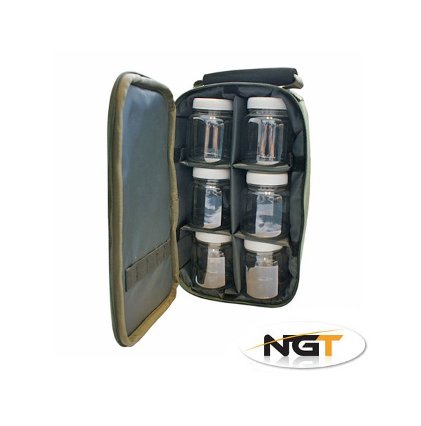 Dobře polstrovaná a velmi povedená taška na dipy. Součástí pouzdra je 6 plastových uzavíratelných nádob na dipování Vašich nástrah. Pokud vyndáte plastové dipovací nádoby, můžete tašku použít  jako klasický obal na rybářské drobnosti.Neoprénové poutko na pohodlný transport.Velmi odolný a pevný materiál 600D polyester s PVC potahem.Rozměry : 28 x 15 x 8cm